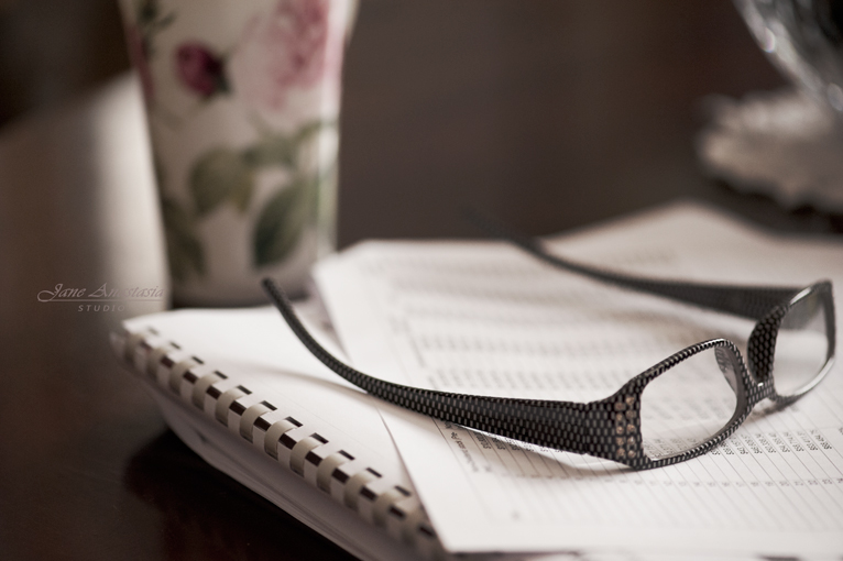 _JAS8540-WEB-Eyeglasses-and-papers