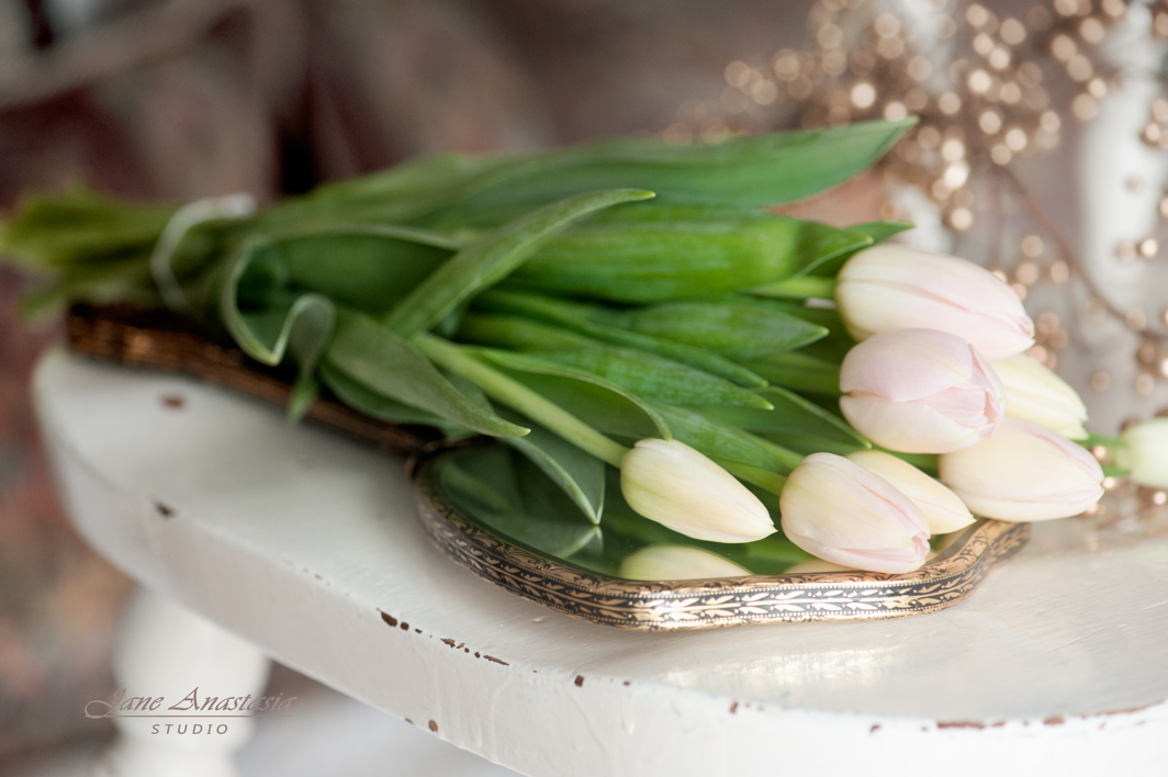 _JAS9301-WEB-Tulips-on-mirror-and-chair
