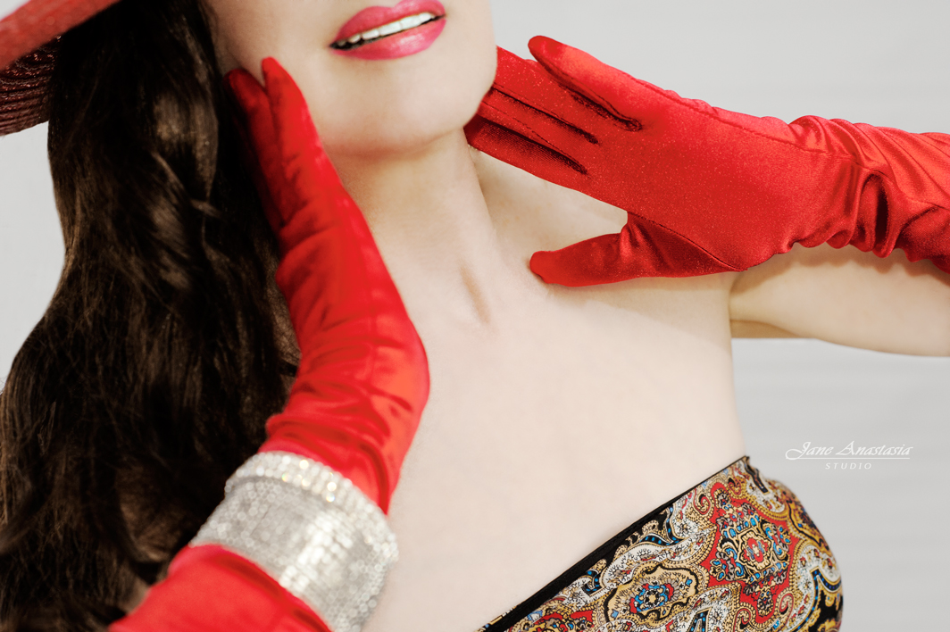 _JAS5041-WEB-Jane-in-red-gloves-close-up
