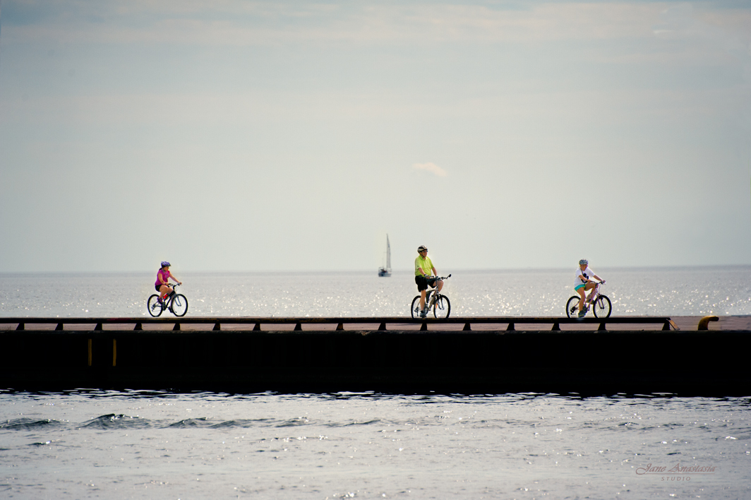 _JAS7335--2WEb-Bicylclists-on-pier